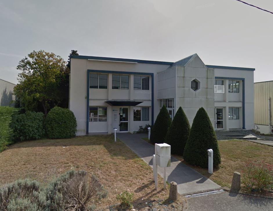 A louer 600 m2 de bureaux (parties communes incluses) aux Jardins de Luscanen à PLOEREN, proche de la ZC de Parc Lann de VANNES (Centre commercial LECLERC) et de l'Avenue de la Marne VANNES ( Centre commercial CARREFOUR).<br> Ce bâtiment est composé de trois niveaux.<br> Au rez-de-jardin (160 m2 divisible) composé de 5 bureaux, au rez-de-chaussée (168 m2 divisible) composé de 8 bureaux et à l'étage 200 m2 composé de 7 bureaux.<br> Libre au 15 novembre 2018.
